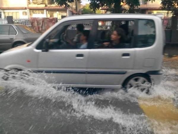 Keadaan sebuah kenderaan meredah air bertakung di Seksyen 25 Seri Muda petang ini.