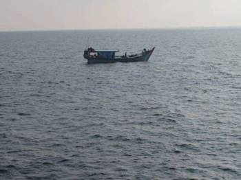 Bot kayu dari negara jiran yang dikesan memasuki perairan negara.