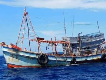 Salah satu bot nelayan asing disyaki dari Vietnam yang ditahan APMM Pahang semalam.