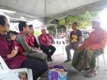 Shahrul Izuan (dua dari kiri) melawat waris Allahyarham Kamarul Sharizam.