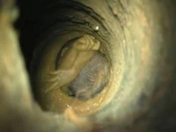 Imej B Sujith Wilson yang terperangkap di dalam sebuah lubang sempit berhampiran rumahnya di Tamil Nadu.