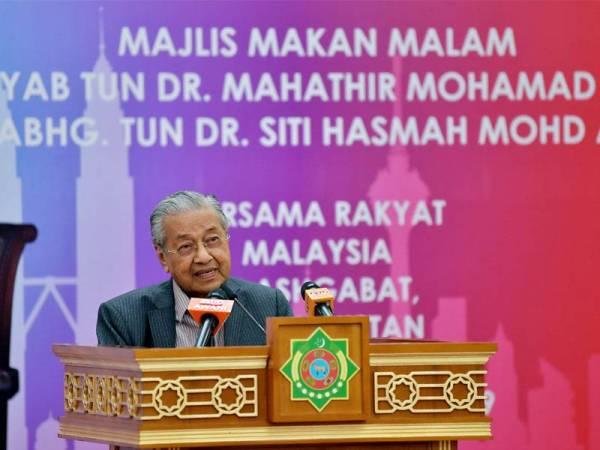 Perdana Menteri, Tun Dr Mahathir Mohamad berucap pada Majlis Makan Malam Bersama Rakyat Malaysia di sini sempena lawatan rasmi dua hari di Ashgabat. - Foto Bernama