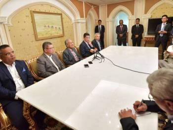 Dr Mahathir (tiga dari kiri) bercakap pada sidang media selepas Majlis Makan Malam Bersama Rakyat Malaysia di sini sempena lawatan rasmi dua hari di Ashgabat. - Foto Bernama