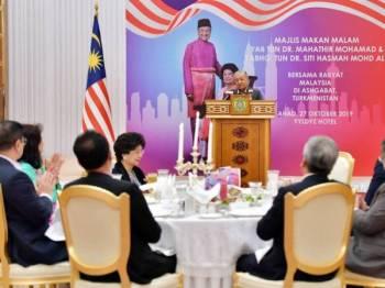 Dr Mahathir berucap pada Majlis Makan Malam Bersama Rakyat Malaysia sempena lawatan rasmi dua hari di Ashgabat. - Foto Bernama