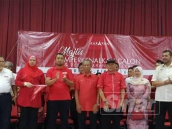 Karmaine (tiga dari kanan) diumumkan sebagai calon Bersatu bagi mewakili PH pada PRK Tanjung Piai.