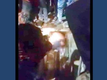 Mayat mangsa ditemui orang awam kira-kira jam 11.08 malam tadi sebelum dilaporkan kepada pihak polis. -Foto Ihsan pembaca