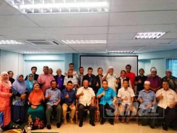 Abdul Fattah (depan, lima dari kiri) bersama Feisal (depan, enam dari kiri) dan Nur Aziz (depan, tiga dari kiri) serta peserta bengkel Pengenalan Asas Tanaman Vanilla Angkasa Zon 2 semalam.