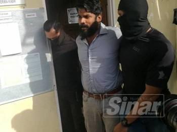 Tertuduh (tengah) dibawa ke Mahkamah Sesyen Selayang pagi tadi.