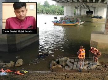 Anggota bomba sedang melakukan kerja-kerja mencari mangsa di lokasi di Sungai Kampung Seberang Tuan Chik, Kuala Nerus