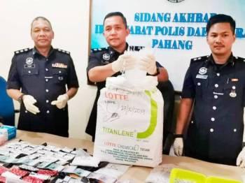 Kama Azural (tengah) menunjukkan dadah yang dirampas pada sidang media di IPD Raub hari ini.