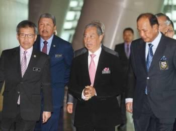 Menteri Dalam Negeri, Tan Sri Muhyiddin Mohd Yassin (tengah) hadir pada Majlis Perjumpaan Menteri Dalam Negeri bersama Industri Perkhidmatan Kawalan Keselamatan dan Agensi Persendirian sempena Taklimat Pembaharuan Lesen Agensi Persendirian Bagi Tahun 2020 di Pusat Konvensyen Antarabangsa Putrajaya (PICC) hari ini. Turut kelihatan Ketua Setiausaha Kementerian Dalam Negeri Tan Sri Alwi Ibrahim (kiri) dan Presiden Persatuan Industri Keselamatan Malaysia (PKIM) Datuk Seri Ramli Yusuff (kanan). - Foto Bernama