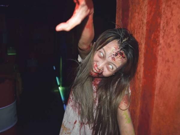 TEKNIK solekan khas menjadikan watak zombie cukup menakutkan.