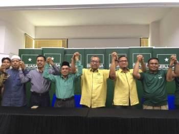 Badhrulhisham (tiga dari kanan) diumum akan bertanding pada PRK Tanjung Piai,