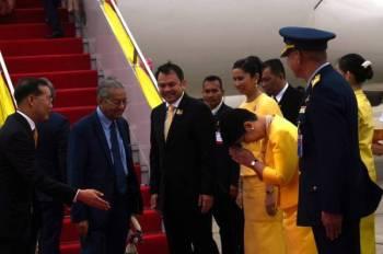 Dr Mahathir dan Dr Siti Hasmah tiba mendarat di Terminal 2, Tentera Udara, Lapangan Terbang Antarabangsa Don Mueang pada jam 4.50 petang waktu Malaysia. - Foto Bernama
