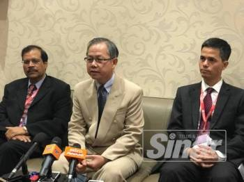 Boon Chye (tengah) selepas merasmikan Kongres Tahunan Saintifik Persatuan Onkologi Malaysia Ke-31 (ASCOMOS) 2019 di Pusat Konvensyen Ipoh di sini hari ini.