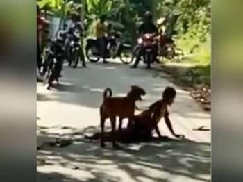 Penduduk kampung dikatakan tidak boleh mendekati kanak-kanak itu kerana bimbang keselamatannya.