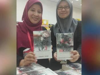Shahida (kanan) bersama Editor Kanan Unit Editorial Novel, Mazuen Yahaya menunjukkan novel thriller baharu iaitu L P.3 dan Kokang yang mula dijual hari ini di Jualan Gudang Akhir Tahun 2019