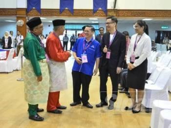 Lima calon beramah mesra selepas pendaftaran pada Hari Penamaan Calon PRK Tanjung Piai di Dewan Jubli Intan Pontian hari ini. - Foto SHARIFUDIN ABDUL RAHIM
