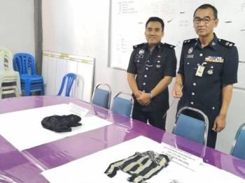 Nor Azmi (kanan) bersama pegawainya menunjukkan barangan dirampas pada sidang akhbar di IPD Sabak Bernam hari ini.