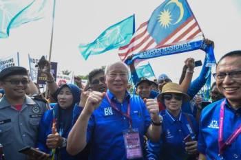 Najib tetap bersemangat memberi sokongan kepada calon MCA walaupun keadaan matanya bengkak. Foto: SHARIFUDIN ABDUL RAHIM
