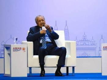 Dr Mahathir semasa sesi dialog pada Persidangan Perniagaan dan Pelaburan ASEAN yang diadakan sempena dengan Persidangan ASEAN ke 35 di Bangkok hari ini.