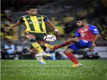 Baddrol (kiri) mengasak pemain JDT, Leandro Velazquez pada final Piala Malaysia di Stadium Nasional Bukit Jalil semalam.