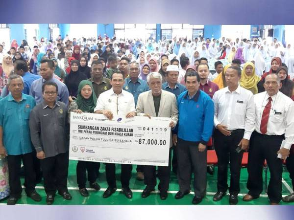 Sejumlah RM87,000 diagihkan kepada 500 pelajar pada sat majlis penyampaian yang dirasmikan oleh Abdul Yunus (tengah) hari ini.