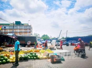 Pasar Harian Selayang sememangnya menjadi tumpuan lebih 50,000 pengunjung setiap hari untuk membeli-belah dan mendapatkan keperluan barang basah. - FOTO SHARIFUDIN ABDUL RAHIM