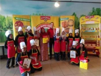 Nathan (tengah) bergambar bersama pemenang tempat pertama hingga ketiga pada pertandingan hidangan pinggan sihat 3S Malaysia.