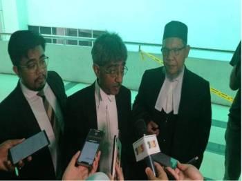 Hanif Khatri (tengah) ketika ditemui di luar mahkamah.
