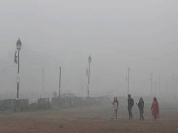 Orang ramai berjalan kaki di New Delhi. - Foto: REUTERS / Adnan Abidi