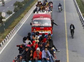 Kebanyakan kemalangan bas di negara itu didakwa berpunca daripada kenderaan dan keadaan jalan raya yang tidak diselenggara dengan baik. - Foto Agensi