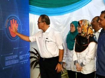 Wan Rosdy (tengah) merasmikan sambutan Hari Perancangan Bandar Sedunia dan Hari Hutan Antarabangsa Peringkat Negeri Pahang di Pantai Air Leleh hari ini.