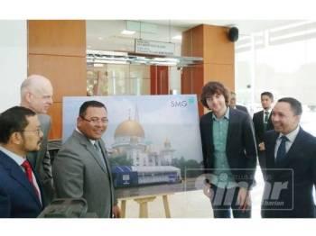 Amirudin (tiga dari kiri) dan Boyan (dua dari kanan) pada program penerangan media The Ocean Cleanup di lobi Dewan Negeri Selangor hari ini.