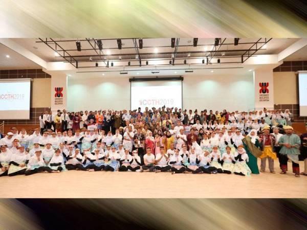Sebahagian peserta Persidangan Antarabangsa Teknologi Kreatif dan Warisan bergambar kenangan di UMK Kampus Bachok.