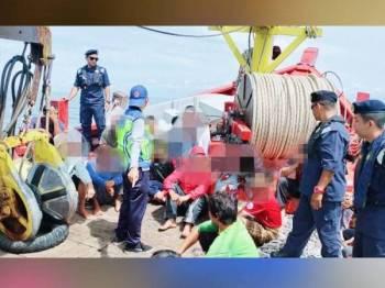 Sebahagian nelayan yang ditahan di tengah laut selepas positif dadah. - Foto ihsan APMM