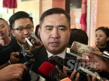 Menteri Pengangkutan, Anthony Loke ditemubual oleh pengamal media selepas majlis Perhimpunan Bulanan Bulan November 2019 di pejabat Kementerian Pengangkutan, Putrajaya. - FOTO:ZAHID IZZANI