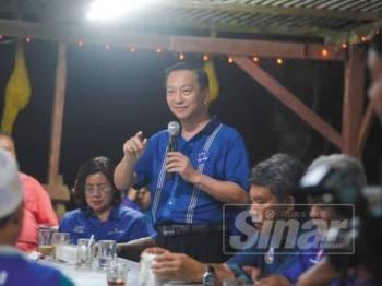 Jeck Seng menyampaikan ceramah pada Ceramah Berkelompok BN di Warung Kampung Penerok malam ini. - Foto SHARIFUDIN ABDUL RAHIM