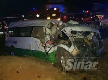 Keadaan van yang dipandu mangsa remuk selepas terlibat kemalangan.