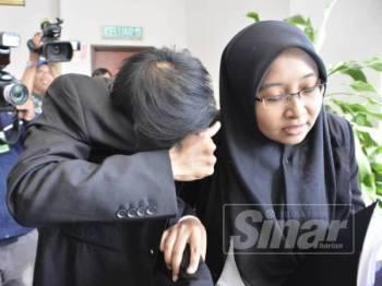 Salah seorang tertuduh ketika dibawa ke Mahkamah Sesyen Shah Alam hari ini.