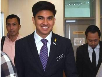 Syed Saddiq ketika keluar selepas memberi keterangan pada perbicaraan kes pengendali laman blog, Papagomo, yang menghadapi tuduhan mengaibkan dan mendatangkan kecederaan terhadapnya di Kompleks Mahkamah Kajang hari ini. - Foto Bernama