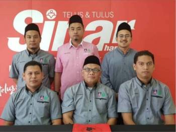 Che Bakar (duduk tengah) bersama kakitangan ACIS UiTM Kelantan Kampus Machang dan PPA Machang melawat Kumpulan Media Karangkraf di sini hari ini.