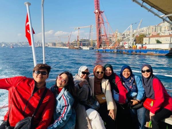 Sebahagian pelanggan menikmati percutian di Istanbul, Turki dengan menyelusuri selat Bhosporus yang menghubungkan Lautan Marmara dan Laut Hitam.