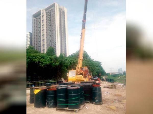 Jabatan Pengairan dan Saliran (JPS) melantik kontraktor untuk mengalihkan sebahagian tong berisi bahan kimia yang berhampiran dengan sungai. - Foto Unit Pengurusan Bencana Negeri Selangor