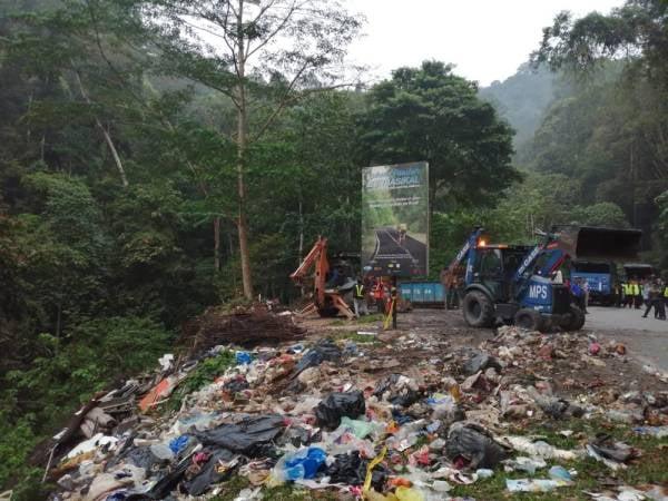 Papan tanda menunjukkan kawasan riadah berbasikal dicemari oleh sampah haram yang berbukit di Jalan Gombak Lama iaitu sempadan antara Selangor dan Pahang.