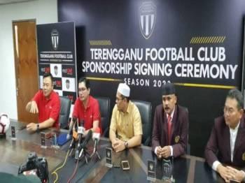 Farid (dua dari kiri) bercakap kepada pemberita pada sidang media selepas majlis menandatangani perjanjian kontrak penaja utama PBSNT musim 2020 di Kuala Terengganu baru-baru ini.