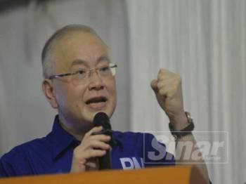 Presiden MCA, Datuk Seri Wee Ka Siong menyampaikan ucapan pada Ceramah Perdana di Kampung Rimba Terjun malam tadi. - Foto SHARIFUDIN ABDUL RAHIM
