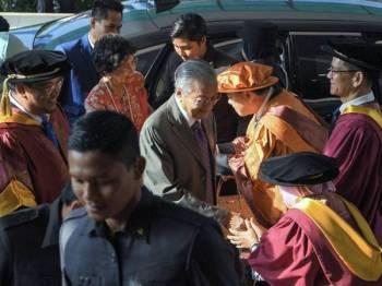 Perdana Menteri, Tun Dr Mahathir Mohamad (tengah) dan isteri, Tun Dr Siti Hasmah Mohd Ali (dua dari kiri) hadir pada Majlis Istiadat Konvokesyen Akademi Seni Budaya dan Warisan Kebangsaan (Aswara) Ke-15 di Aswara hari ini. Turut hadir Menteri Pelancongan, Seni dan Budaya, Datuk Mohamaddin Ketapi (dua dari kanan). - Foto Bernama