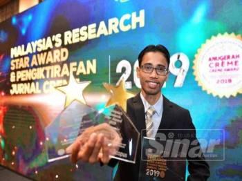 Dr Wan Azmi bersama dua anugerah MRSA dimenangi bagi ategori Prominent Topics in Research untuk bidang penyelidikan pemindahan haba dan dinobat Young Reseacher.