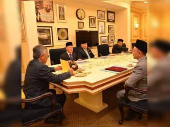 Maszlee (kanan) bersama rombongan termasuk kakitangan KPM sewaktu pertemuan dengan Yang di-Pertuan Agong, Sultan Abdullah semalam. - Foto Facebook Dr Maszlee Malik